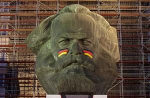 Памятник Карлу Марксу в немецком Хемнице перед началом ЧМ по футболу